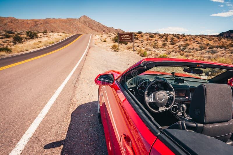 Kabriolett gestoppt auf einer Schulter in der Wüste lizenzfreie stockfotos