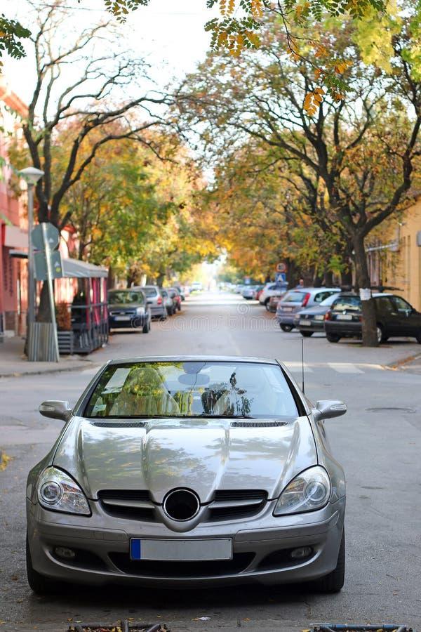 Kabrioletu samochód na ulicznym jesień sezonie zdjęcie stock