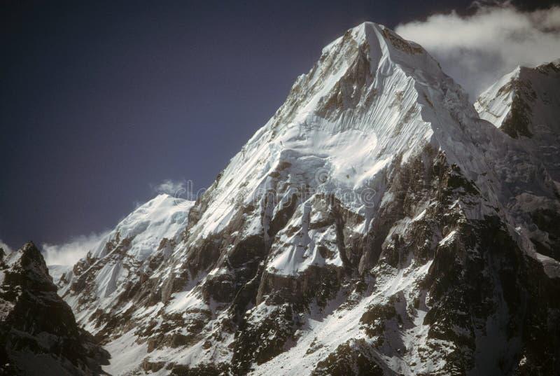 Kabru, icefall und schneebedeckte Kanten lizenzfreie stockbilder