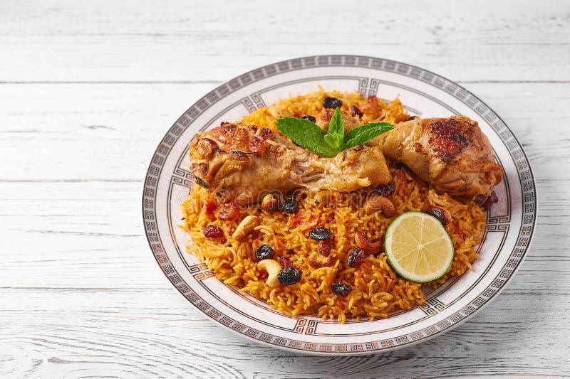 Kabsa no fundo de madeira branco Kabsa é prato saudita tradicional da culinária fotografia de stock royalty free