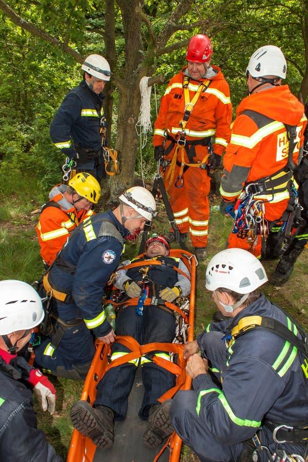 Kadan,捷克, 2012年6月6日:锻炼救援队 训练抢救人民在水坝的Kadan不能进入的地形 Recov 免版税库存照片