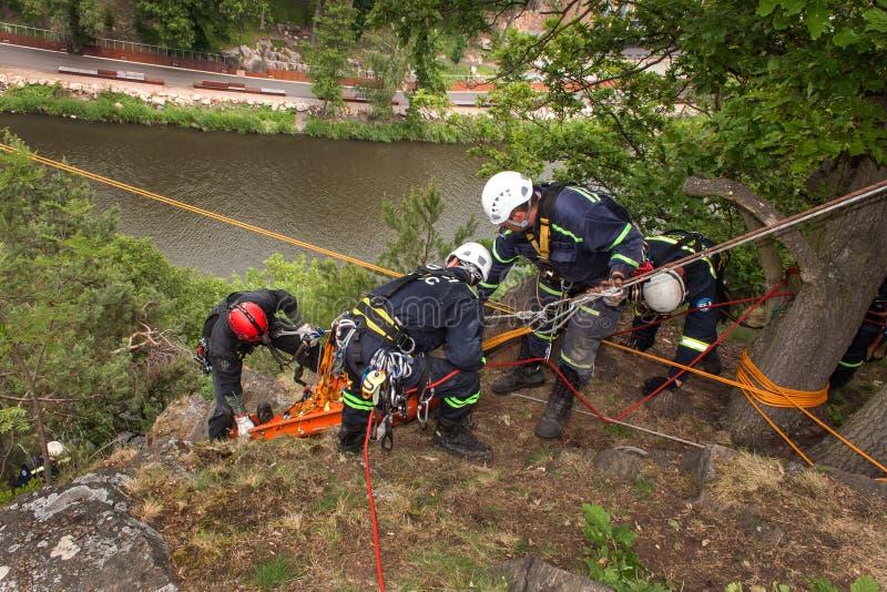 Kadan, чехия, 6-ое июня 2012: Спасательные команды тренировки Тренируя люди спасения в труднопоступной местности на запруде Kadan стоковое фото