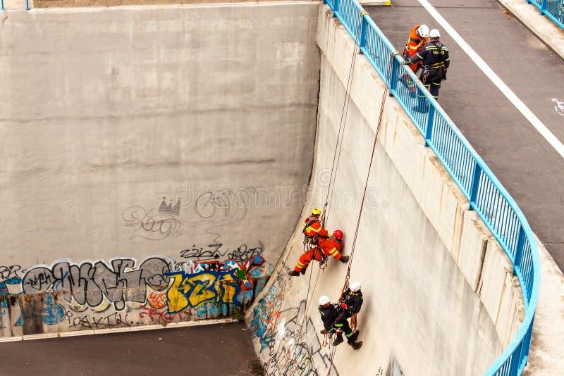 Kadan, repubblica Ceca, il 6 giugno 2012: Unità di salvataggio di esercizio Gente di formazione di salvataggio in terreno inacces fotografie stock libere da diritti