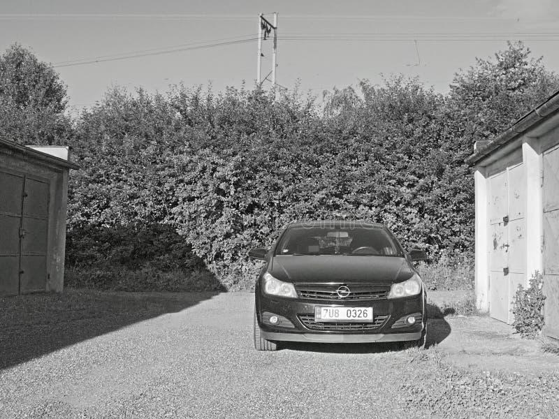 2016/07/09 Kadan, republika czech - czarny samochód parkujący między garażami zdjęcie stock