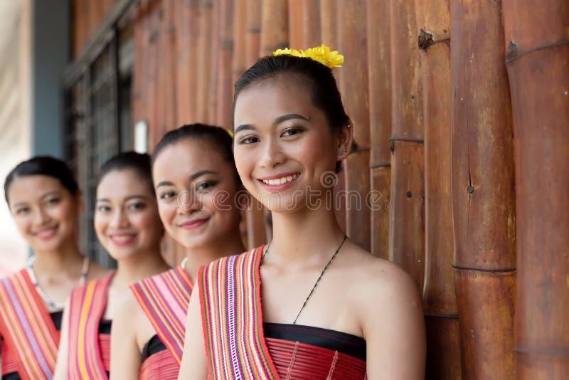 Kadazan Dusun etniska unga flickor i traditionell dress arkivbild