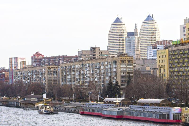 Kade in de grote stad woon en bureaugebouwen royalty-vrije stock fotografie