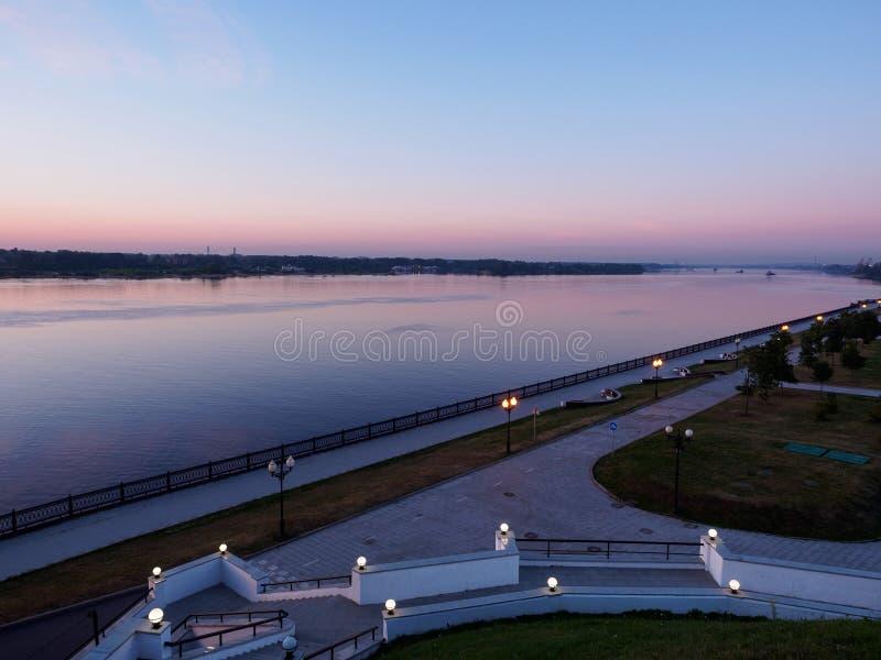 Kade van de Rivier bij dageraad stock foto