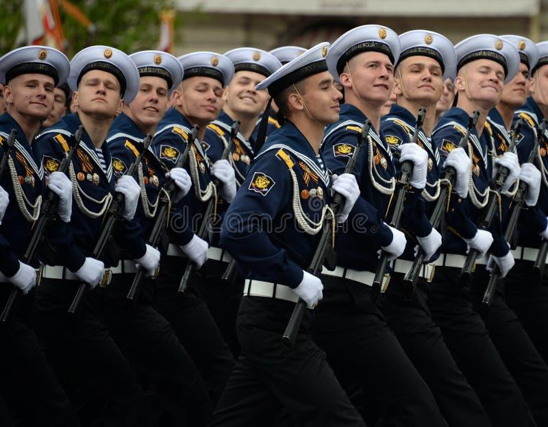 Kadeci Morski Politechniczny instytut podczas próby kostiumowej parada na placu czerwonym na cześć zwycięstwo dzień obrazy stock