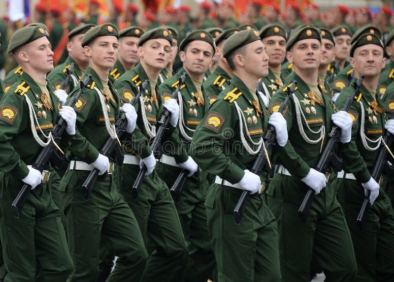 Kadeci Serpukhov gałąź akademia wojskowa RVSN wymieniali po Peter Wielkiego podczas parady na placu czerwonym ja zdjęcie stock