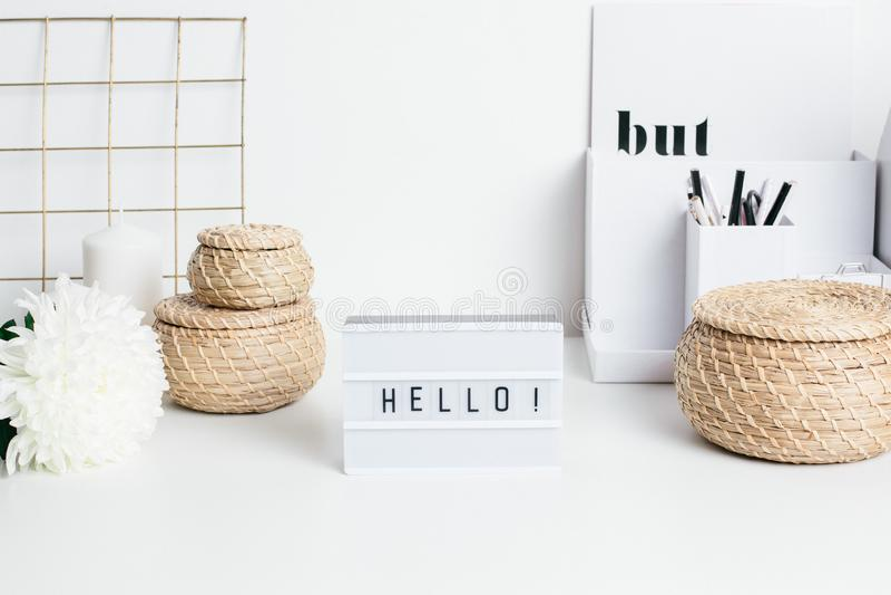 Kader Hello op witte lijst met een bloem en stromanden stock foto