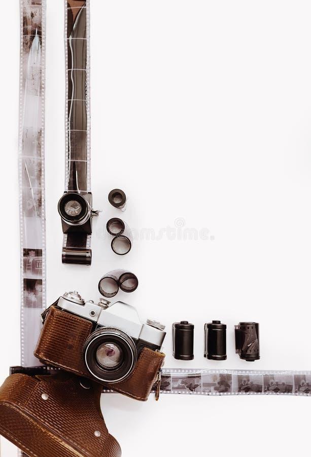 Kader met films en uitstekende filmcamera stock foto's