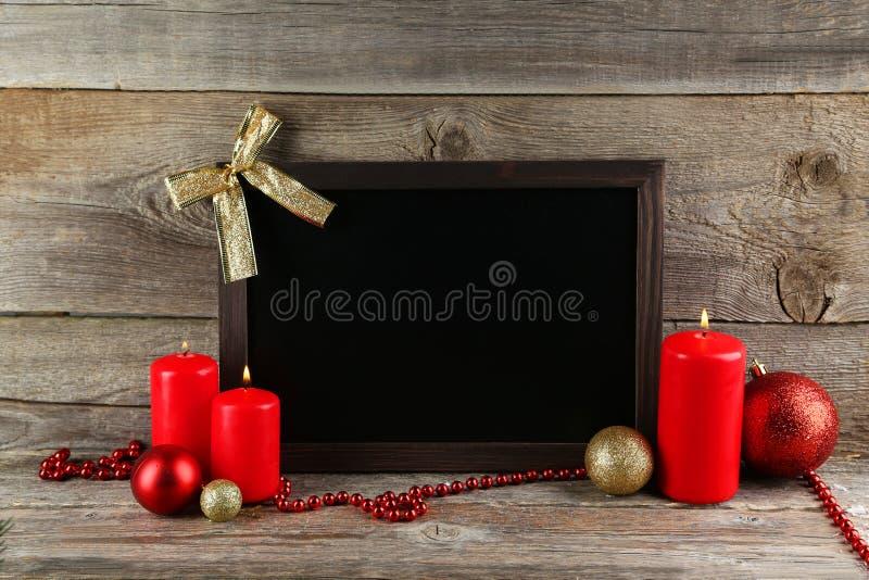 Kader met Kerstmisballen en kaarsen op houten achtergrond royalty-vrije stock afbeelding