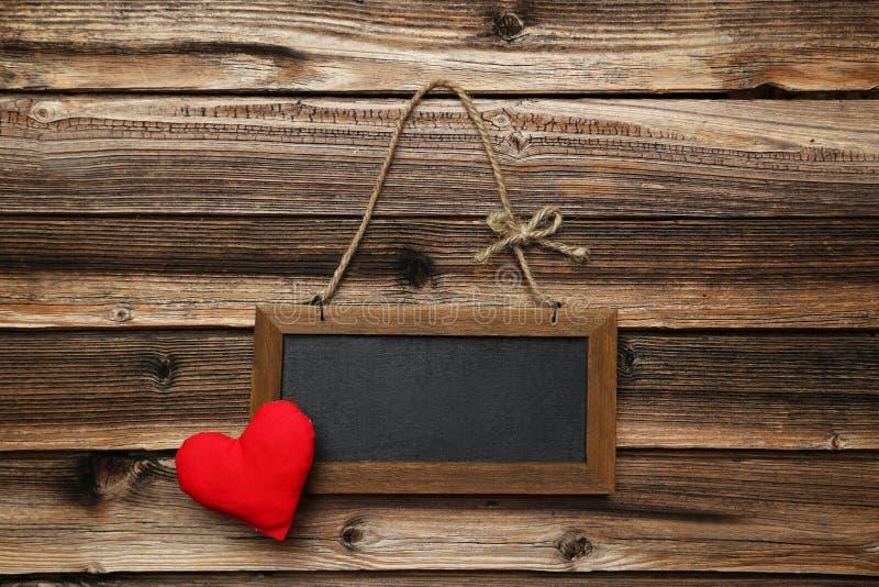 Kader met liefdehart op een houten achtergrond royalty-vrije stock afbeeldingen