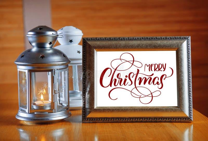 Kader op de houten lijst met tekst Vrolijke Kerstmis Kalligrafie het van letters voorzien royalty-vrije stock afbeelding