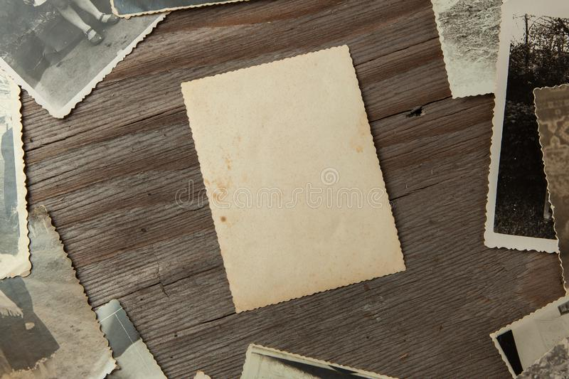 Kader oude foto's op lijst Model leeg document Verfomfaaide prentbriefkaar en vuile wijnoogst royalty-vrije stock foto