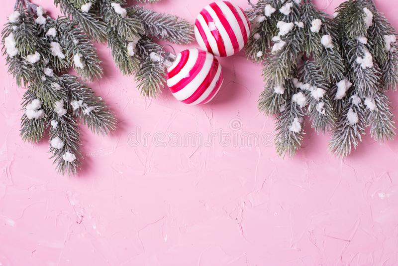 Kader van de boom van het takkenbont en ballen op roze achtergrond royalty-vrije stock afbeelding
