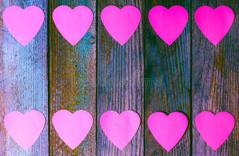 Kader van document roze harten op houten retro grungeachtergrond met exemplaarruimte, royalty-vrije stock afbeeldingen