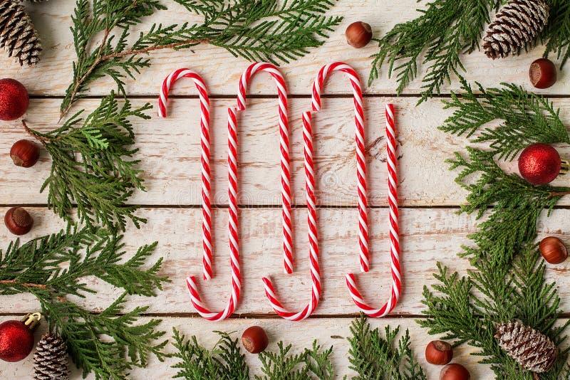 Kader van feestelijk Kerstmisdecor wordt gemaakt op houten achtergrond die stock foto