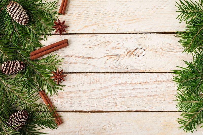 Kader van feestelijk Kerstmisdecor wordt gemaakt op houten achtergrond die royalty-vrije stock foto's