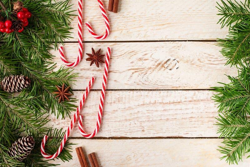 Kader van feestelijk Kerstmisdecor wordt gemaakt op houten achtergrond die royalty-vrije stock fotografie