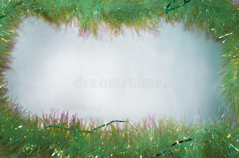 Kader van groen Kerstmisklatergoud op zilveren achtergrond stock afbeeldingen