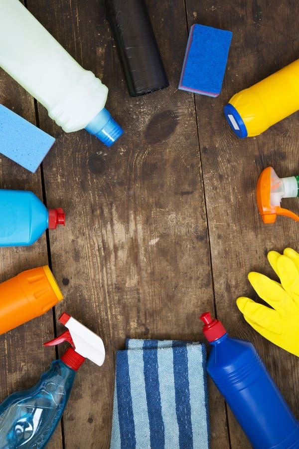 Kader van het schoonmaken van producten op houten achtergrond Hoogste mening Van hierboven, lucht stock foto's