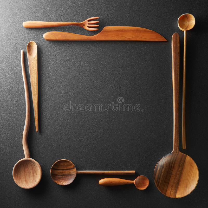 Kader van houten lepels, vorken en een mes stock afbeeldingen
