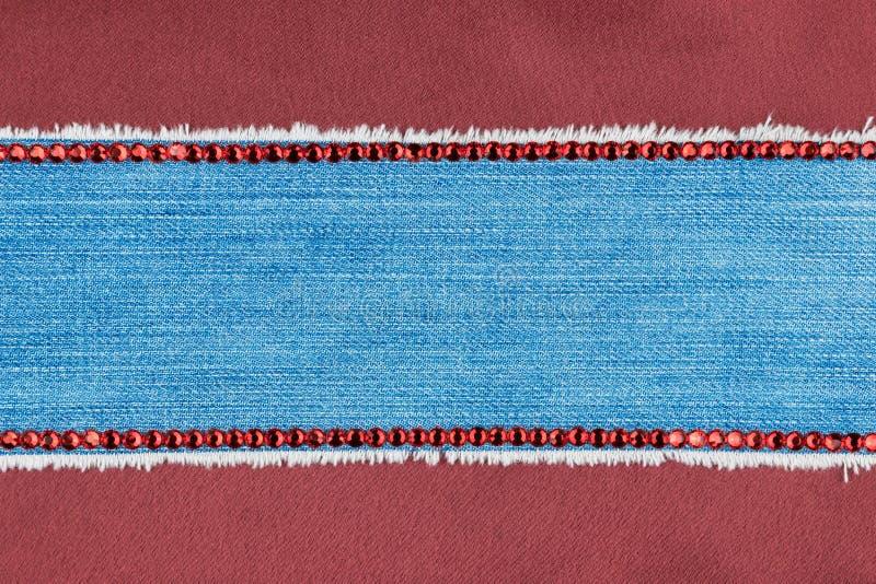 Kader van jeans wordt met bergkristallen met een plaats voor uw tekst worden ingelegd gemaakt die stock afbeeldingen