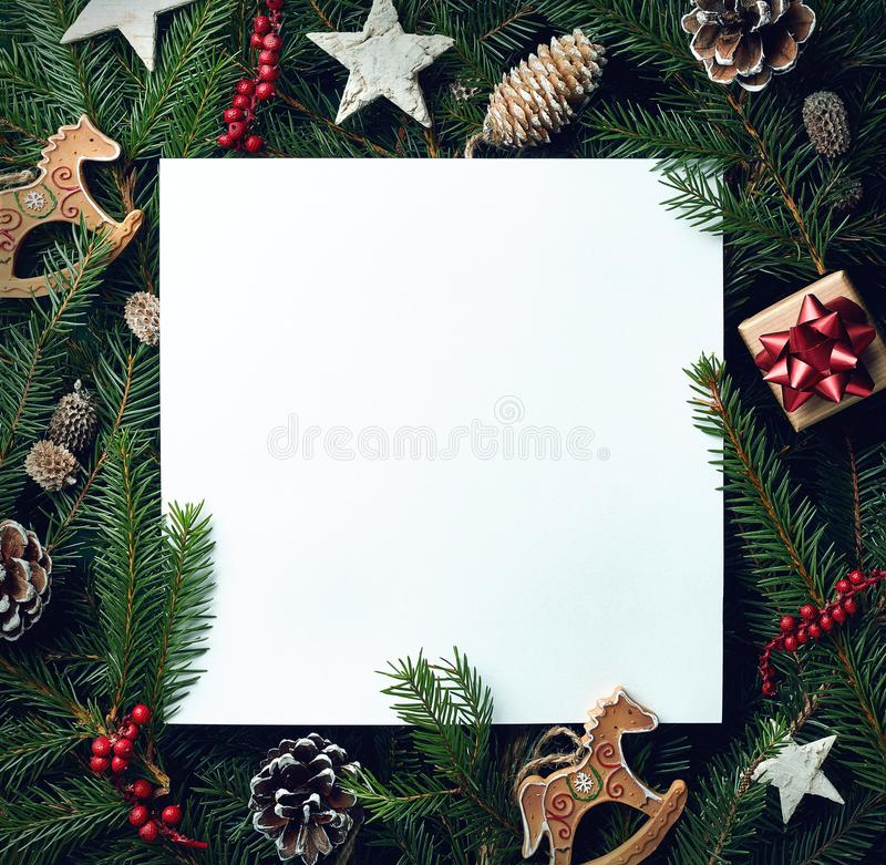 Kader van Kerstboomtakken en decoratie stock foto