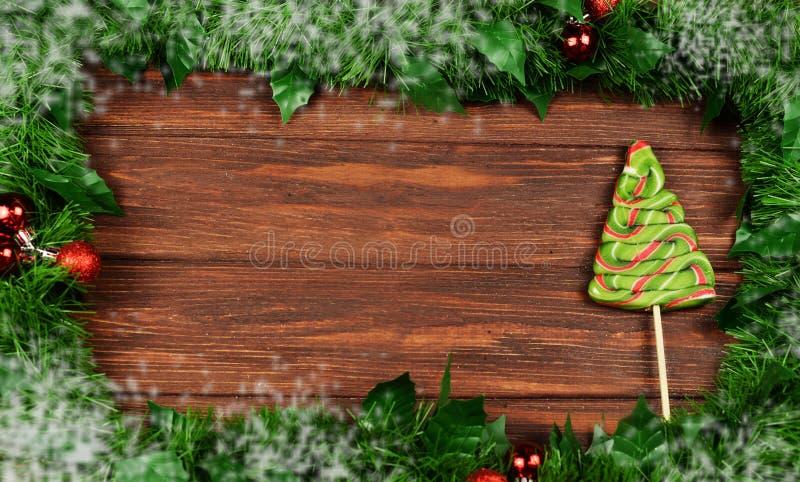 kader van Kerstboomtakken met speelgoed op een houten backgroun royalty-vrije stock fotografie