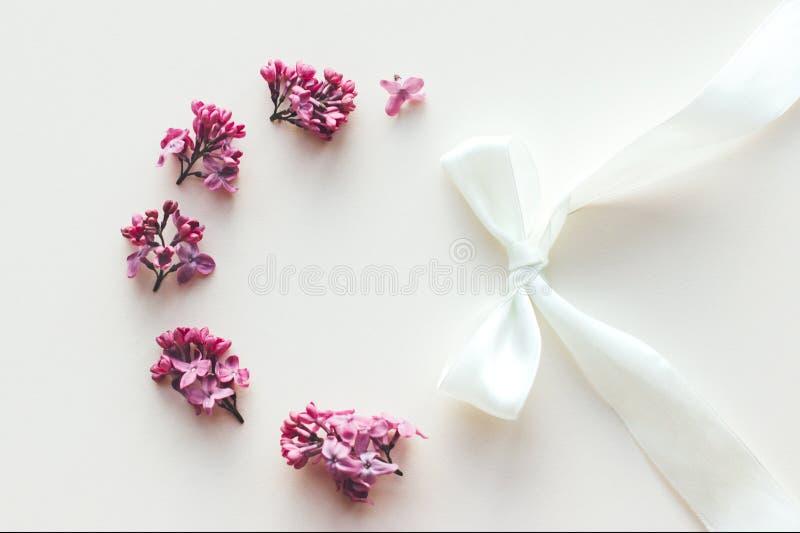 Kader van lilac bloemen op witte achtergrond stock fotografie