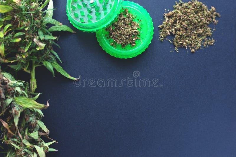 Kader van marihuanaknoppen op een donkerblauwe achtergrondexemplaarruimte de cannabis bloeit patroonvlakte legt hoogste mening royalty-vrije stock foto