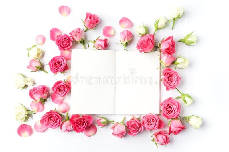 Kader van rozen op witte achtergrond Vlak leg Hoogste mening royalty-vrije stock afbeelding