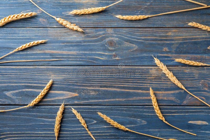 Kader van tarweaartjes wordt gemaakt op houten achtergrond die royalty-vrije stock afbeelding