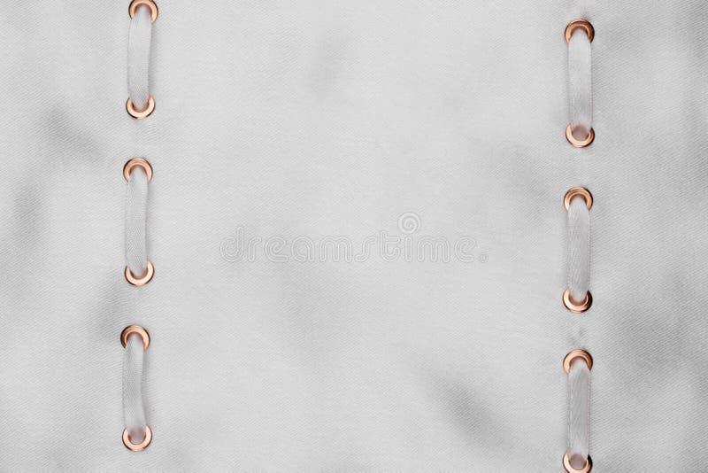 Kader van twee witte die linten wordt in een witte doek worden opgenomen gemaakt die stock foto's