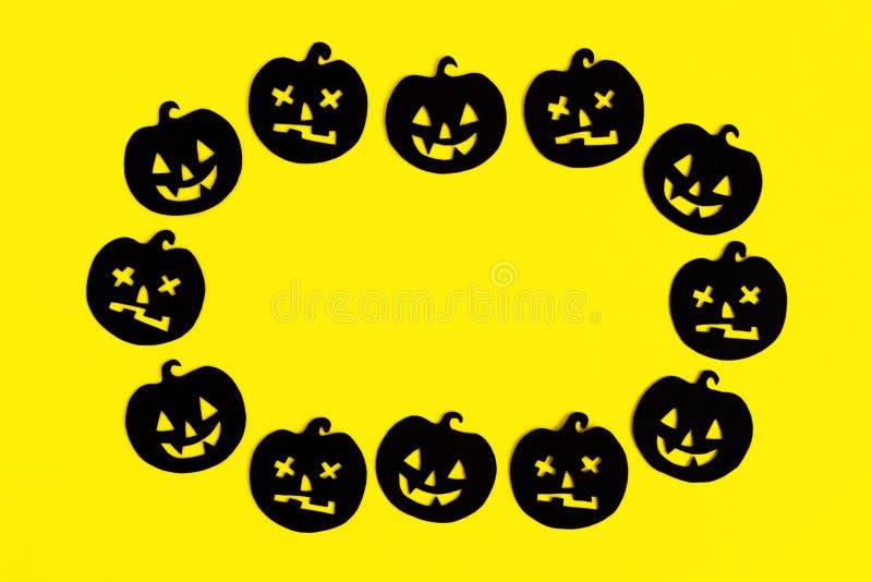 Kader van zwarte document pompoenen op een gele achtergrond Vakantiedecoratie voor Halloween met exemplaarruimte royalty-vrije stock afbeelding