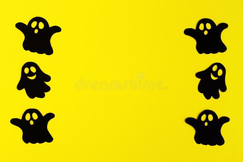 Kader van zwarte document spoken op een gele achtergrond Vakantiedecoratie voor Halloween met exemplaarruimte royalty-vrije stock afbeelding
