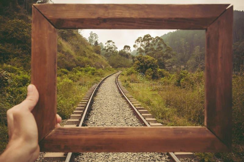Kader voor het geheugen over het reizen Mooi tropisch landschap met spoorwegvrachtwagens in sterke drank van groene onderheuvels royalty-vrije stock afbeelding
