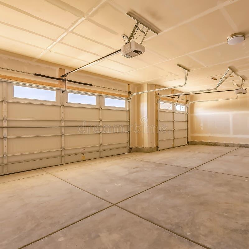 Kaderbinnenland van de lege garage van een huis met onvolledig muren en plafond royalty-vrije stock afbeelding