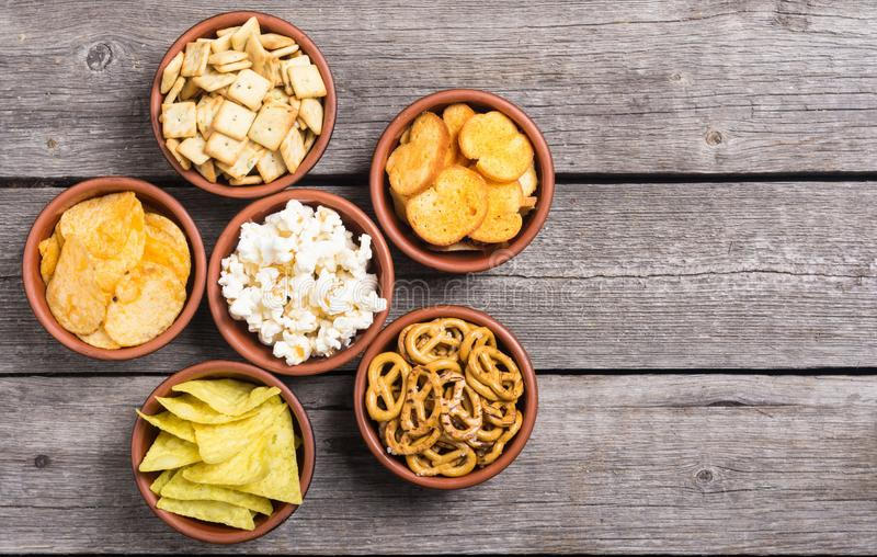 Kadermengeling van snacks: pretzels, crackers, spaandersnachos en pop graan royalty-vrije stock foto's
