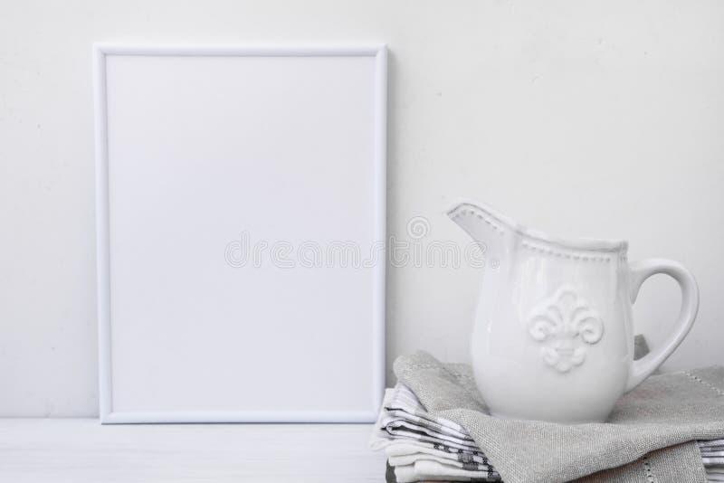 Kadermodel, witte uitstekende waterkruik op stapel linnenhanddoeken, minimalistisch schoon gestileerd beeld royalty-vrije stock afbeelding