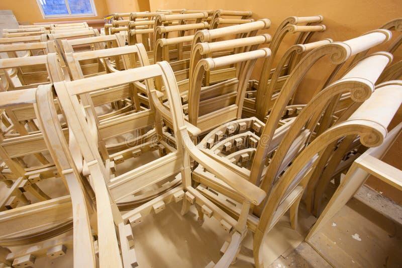 Kaders eiken stoelen bij een meubilairfabriek stock foto