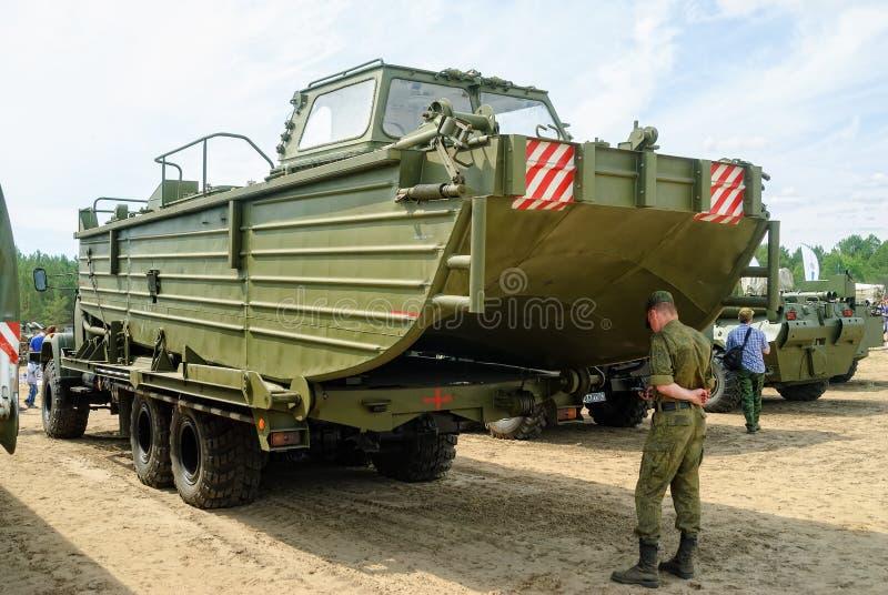 Kadett av det militära universitetet nära BMK-225 arkivfoton