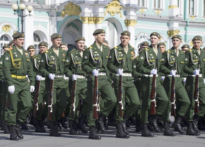 Kadetten bij de paraderepetitie ter ere van Overwinningsdag St Petersburg royalty-vrije stock foto's