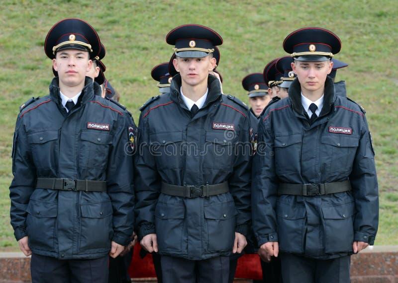 Kadetten der Polizei der Moskau-Gesetzesuniversität des Innenministeriums von Russland auf dem zeremoniellen Gebäude lizenzfreies stockfoto
