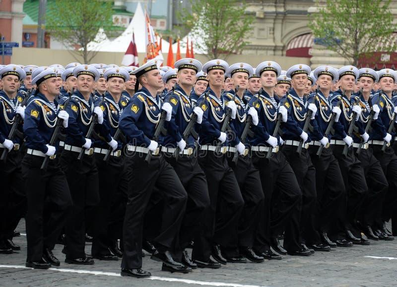 Kadetten van de hogere zeedieschool van de Zwarte Zee na Admiraal Nakhimov tijdens de parade op rood vierkant ter ere van Victory royalty-vrije stock afbeeldingen