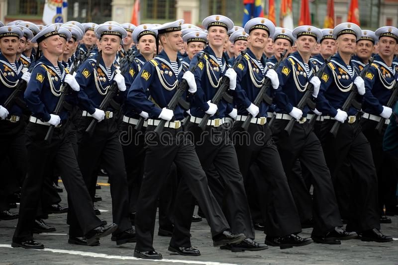 Kadetten van de hogere zeedieschool van de Zwarte Zee na Admiraal Nakhimov tijdens de parade op rood vierkant ter ere van Victory stock foto
