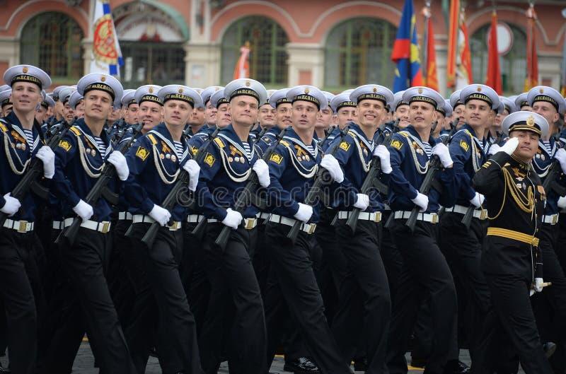 Kadetten van de hogere zeedieschool van de Zwarte Zee na Admiraal Nakhimov tijdens de parade op rood vierkant ter ere van Victory stock foto's