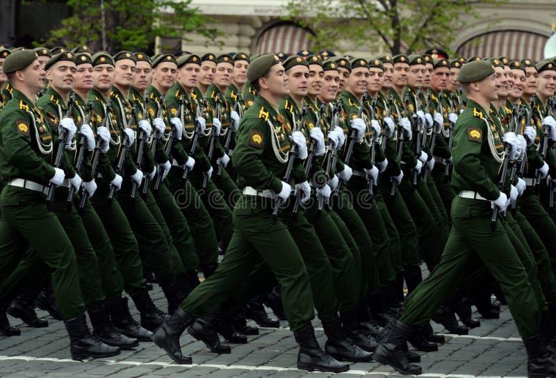 Kadetten van de Serpukhov-tak van de militaire academie van de Strategische Raketkrachten tijdens de generale repetitie van de pa stock afbeelding