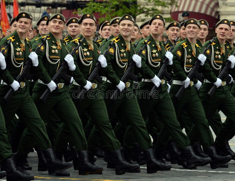 Kadetten van de Serpukhov-tak van de militaire academie van de Strategische Raketkrachten tijdens de generale repetitie van de pa stock afbeeldingen